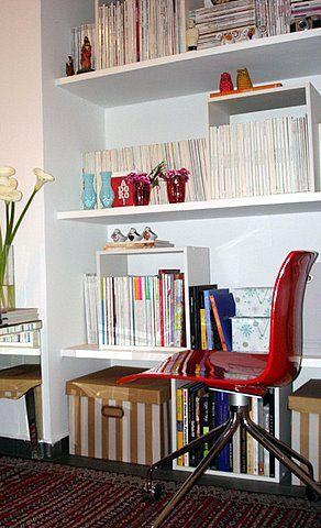 Prateleiras embutidas na parede viram ótimas estantes para organizar livros e coleções de CD, DVD, etc....