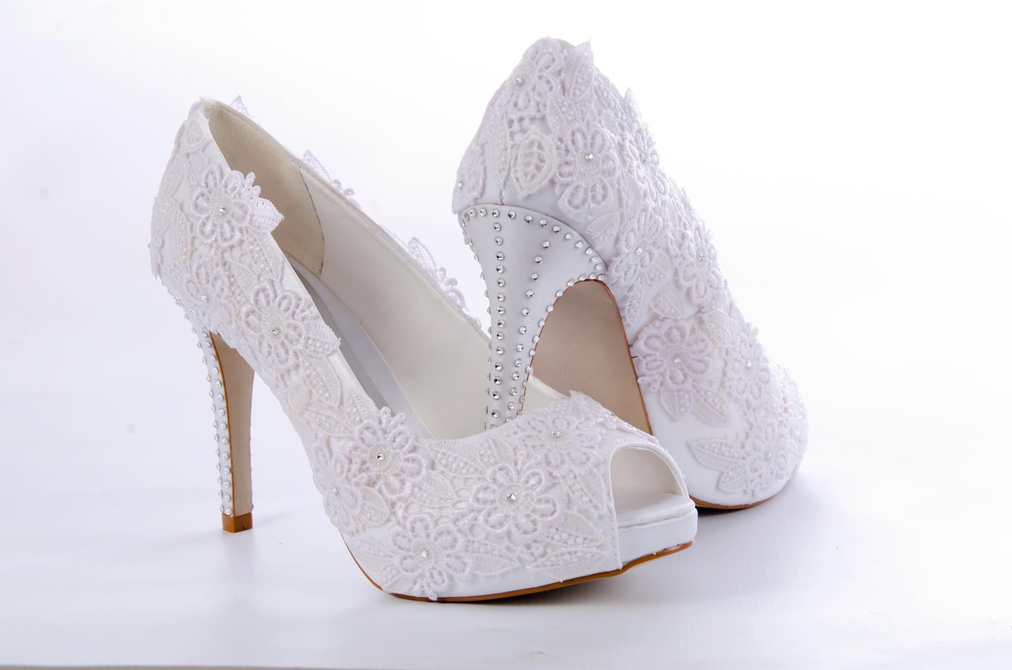 3b5fb587d Sapatos customizados com renda de guipir e strass da marca Preciosa pela  Ornamental Acessórios Noivas.