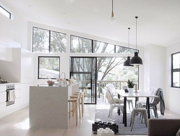 amenagement-salon-rectangulaire-sous-pente-cuisine-blanche-sol-en ...