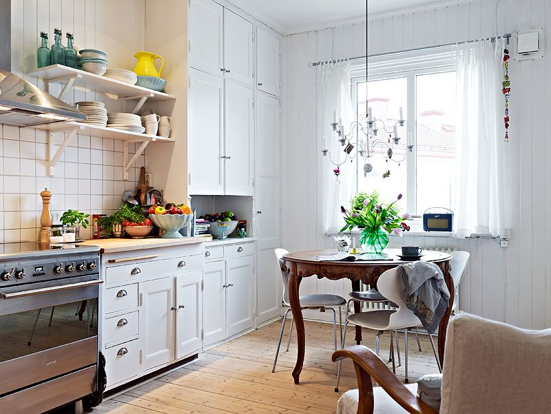 Love that antique table with the white modern.  Keltainen talo rannalla