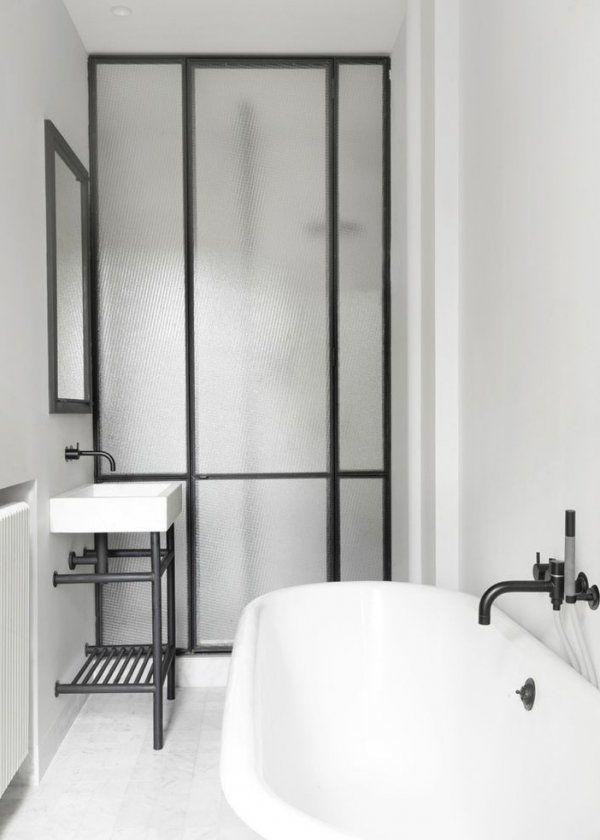 Bathroom With Big Industrial Windows Verriere Une Cloison Vitree Dans La Salle De Bain Idee Salle De Bain Salle De Bains Moderne Salle De Bains Verriere