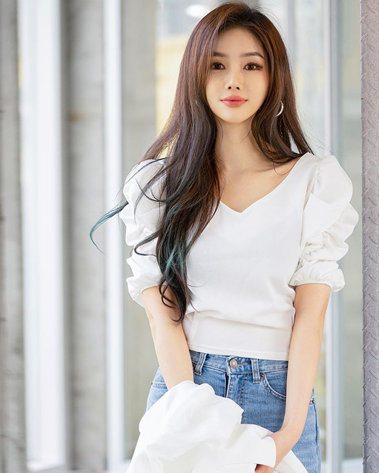 Free download Korean Beautiful Girls Sitting In Field