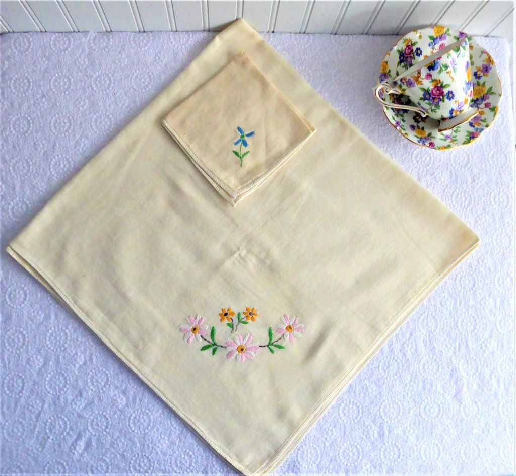 Beautiful Vintage set of large oblong tablecloth /&  matching square teacloth and matching 12 napkins.