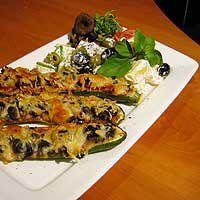 Suppilovahveroilla täytetyt kesäkurpitsat ja peruna-oliivisalaattia