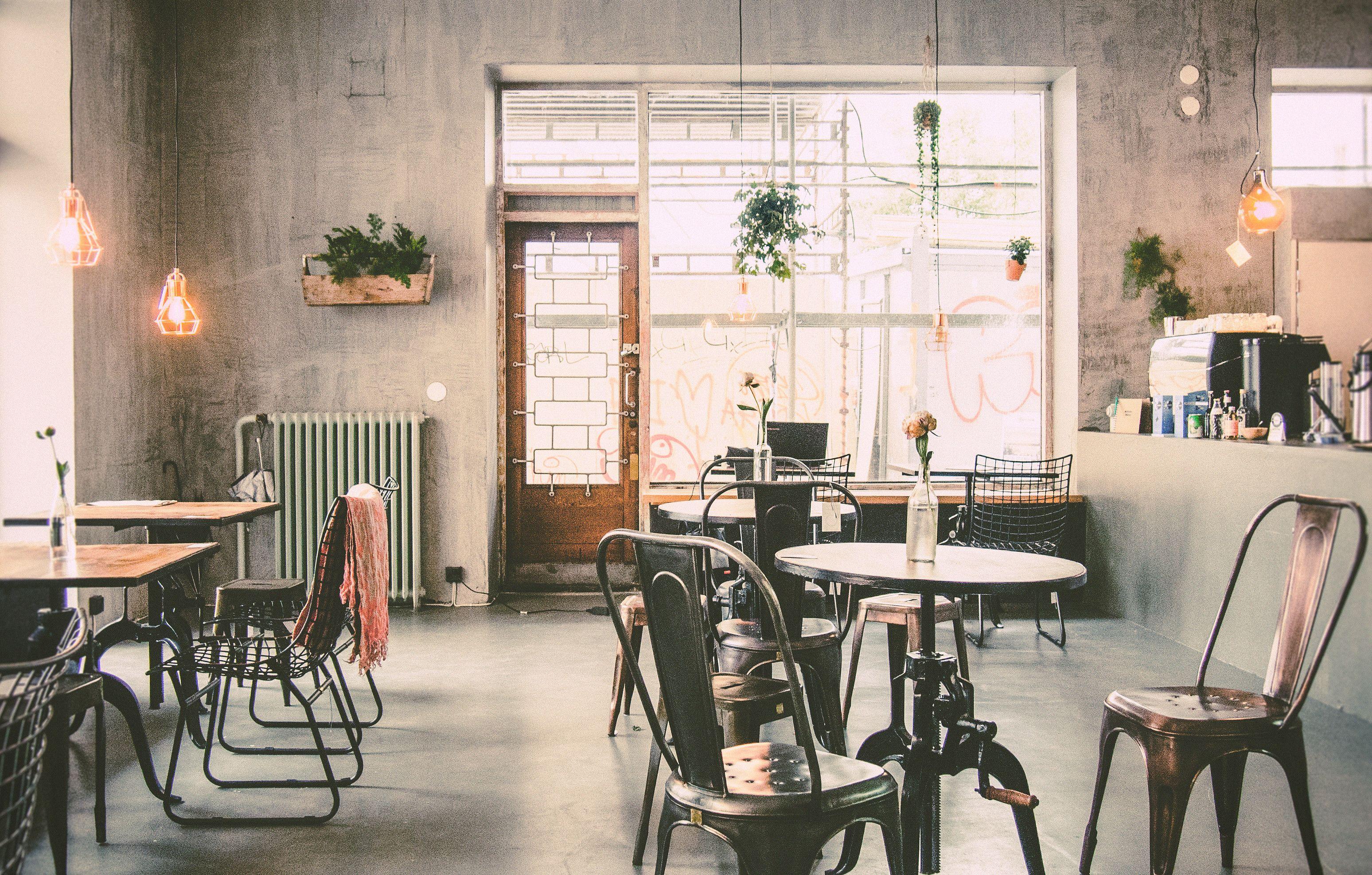 Roots Helsinki on joogastudion ja vegaanisen kahvilan yhdistelmä Kalliossa. Joogaa, kakkua ja elämää saman katon alla. Myös lounasruokaa, smootheja ym. sekä tapahtumia kuten raakasuklaa workshopit ja kesällä -17 joogaa Suokissa 5€ kerta!