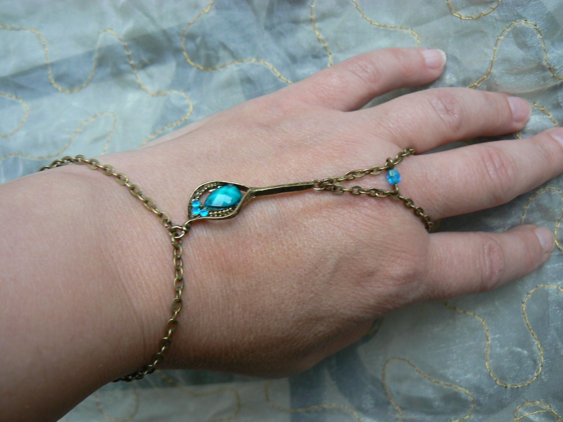 Bijoux de main *Collection Ma Bohême, Plume de Paon*. : Bracelet par dys