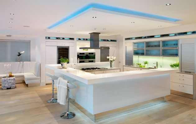 Beautiful gloss white kitchen with mirrored plinths ekbb for Kitchen units without plinths