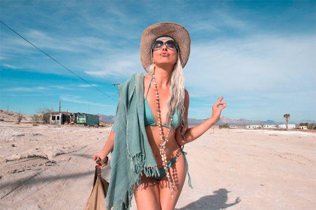 Para brilhar nas passarelas, há quem ache que idade é passaporte. Mas a modelo francesa Yasmina Rossi, de 59 anos, prova o contrário. Com longas e acinzentadas madeixas, a senhora apresenta boa forma e uma pele de dar inveja a muita gente! Yasmina já desfilou para marcas como Marks & Spencers, Macy's e foi modelo de propagandas da AT&a...