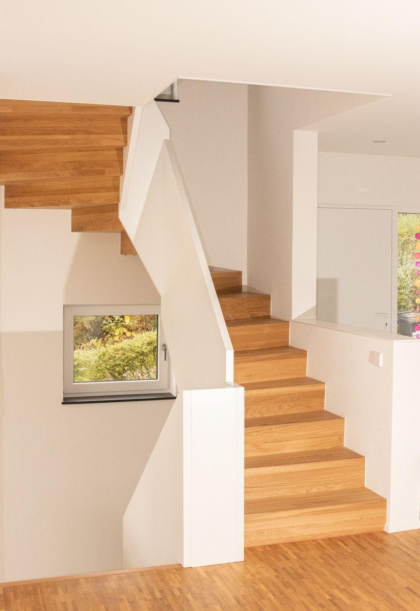 Treppe mit Winkelstufen und brüstungshohen Wangen