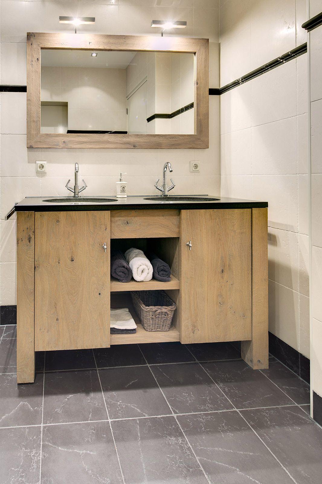 Badkamer met natuurstenen tegels voor een landelijke uitstraling en een wastafelmeubel op maat - Landelijke badkamer meubels ...