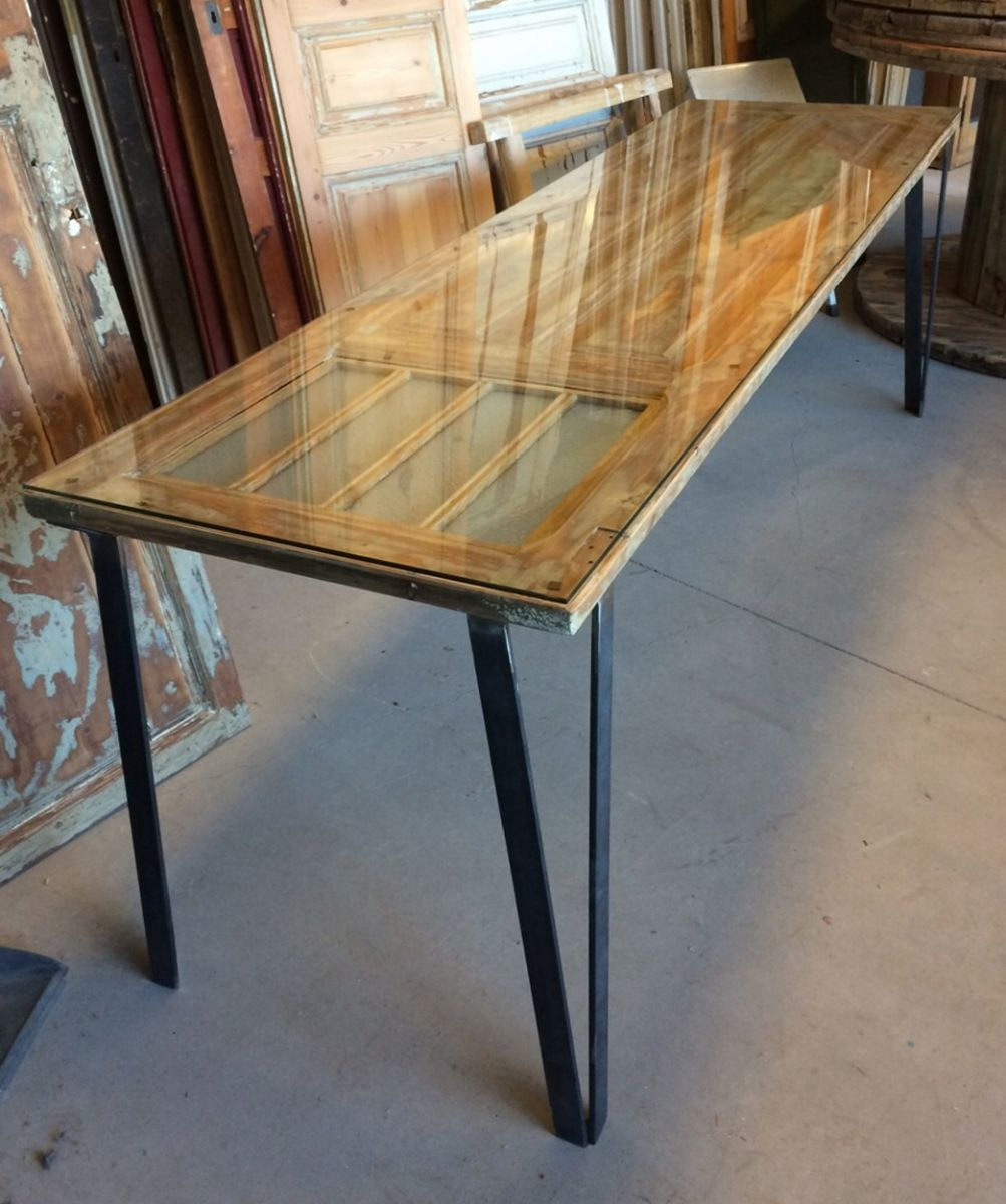 Mesa muy original con una puerta de madera antigua con for Mesas hechas con puertas antiguas