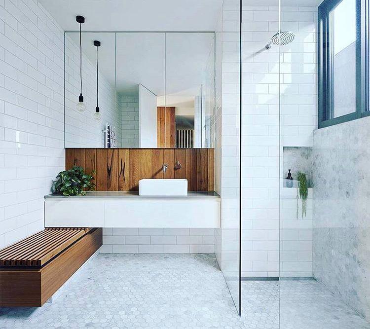 Photo of Modernes skandinavisches Badezimmer-Interieur in Weiß