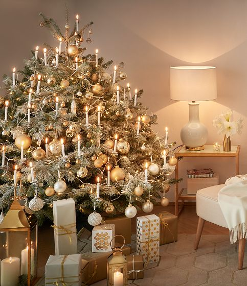 so funktioniert der look xmas deluxe der weihnachtsbaum erstrahlt in wei und gold ein hauch. Black Bedroom Furniture Sets. Home Design Ideas