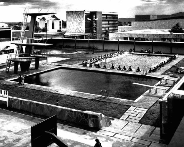 Vista de las piscinas del conjunto, IMSS Clínica - Hospital de (hoy Hospital General de Zona No.1), av. José María Chávez 1202, Lindavista, Aguascalientes, Estado de Aguascalientes, México 1965 Arq. Enrique Guerrero Larrañaga - View of the swimming pools of the complex, IMSS Clinic-Hospital (now General Hospital of Zone 1), av Jose Maria Chavez 1202, Lindavista, Aguascaliented, Edo.Aguarzcalientes, Mexico 1965