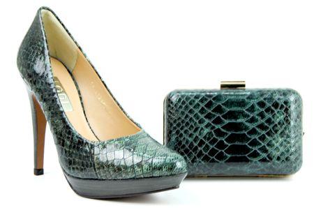82972c50 Conjunto de zapato de salón y bolso con acabado de serpiente en color verde  y negro