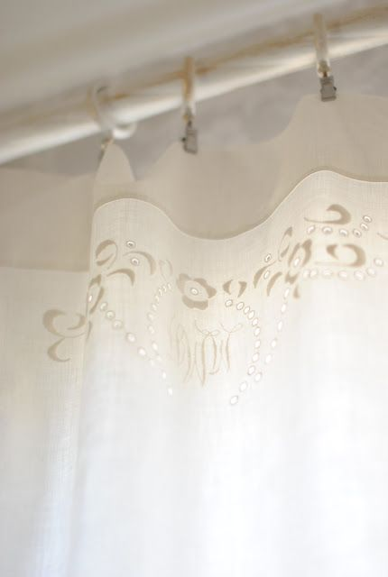 Linen Napkin Curtains - monogrammed white linen napkins and clips are perfect for using as cafe curtains because they're already hemmed - via Sagolika sinnen