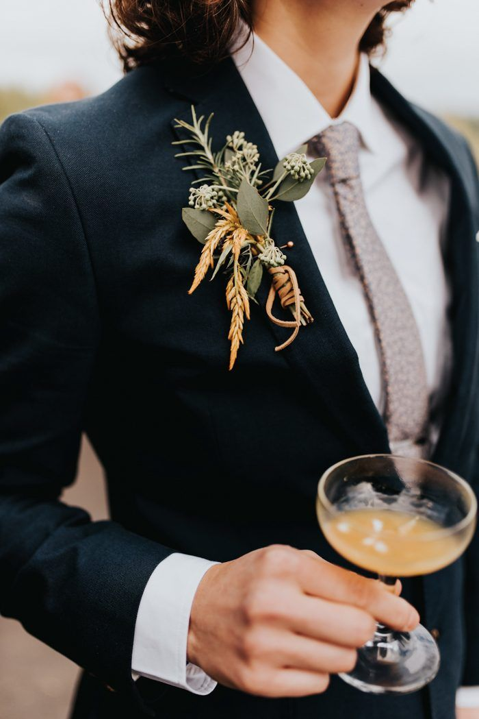 Rustic and autumnal groom boutoniere   Image by Baylee Dennis Photography