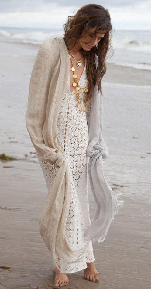 Boho Look | Vestido de croche maxi branco, colares dourados boho ...