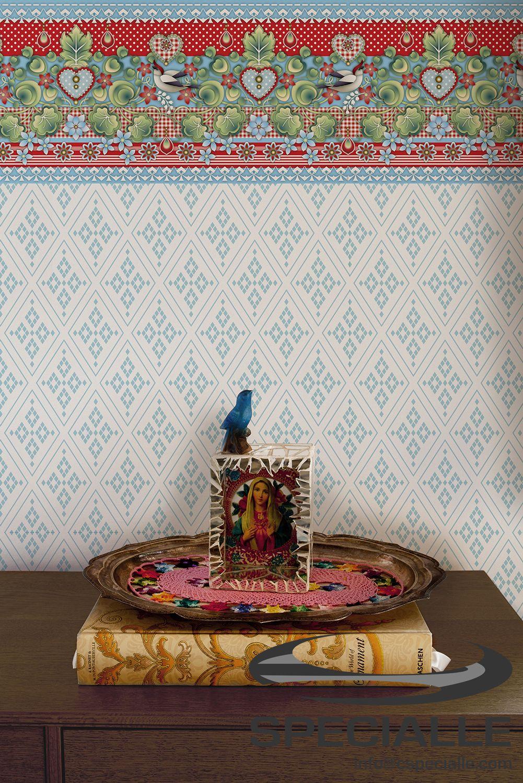Papel #Tapiz con #Diseño de #Rombos, en color #Blanco con detalles en #Azul; y #Cenefa Autoadhesiva con Diseño #Soldadinho, en tonos #Rojo, #Azul, #Verde y #Blanco. #Arquitectura #Decoracion #Interiorismo #Casa #Hogar #Ideas #InteriorDesign #HomeDecor #Wallpaper #Wallcovering #Architecture #Design #Specialle