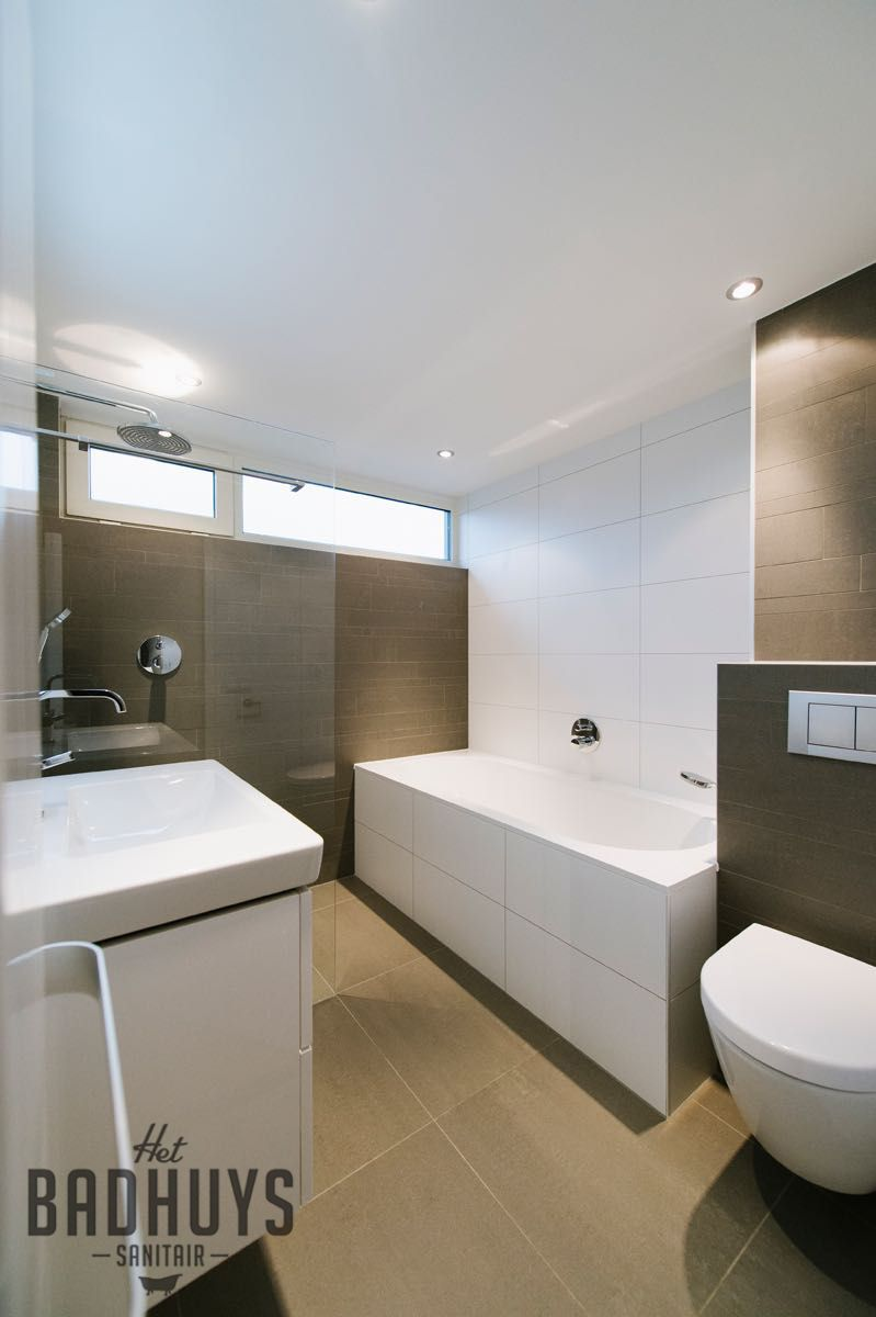 Moderne badkamer met combinatie van tegels in wit en grijs | Het ...