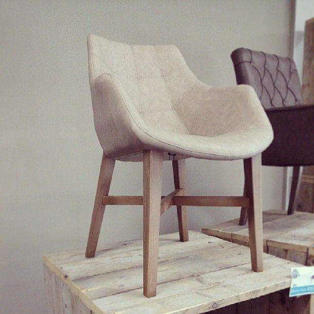 Stoel natan met armleuning mooie trendy eetkamer stoel for Stoel met armleuning