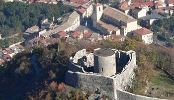 Montella ( Avellino ) -Il Castello del Monte, opera longobarda, e sullo sfondo la Chiesa Madre sulla destra e il palazzo Abiosi sulla sinistra.