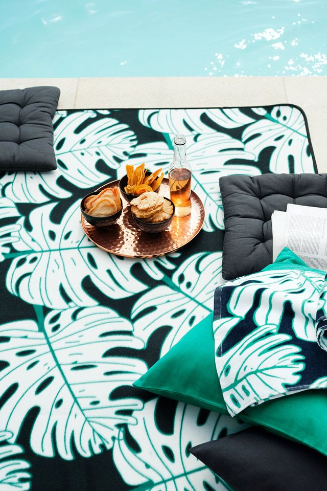 Step outside in the season of leisure! Celebrate the summer with printed textiles and set your table for dining outdoor. | H&M Home