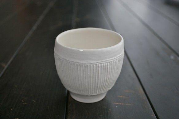 粘土を絞り出して模様を描くいっちんという技法を使って線文を施しました。ほっこりとやさしい雰囲気のお湯のみです。 ハンドメイド、手作り、手仕事品の通販・販売・購入ならCreema。