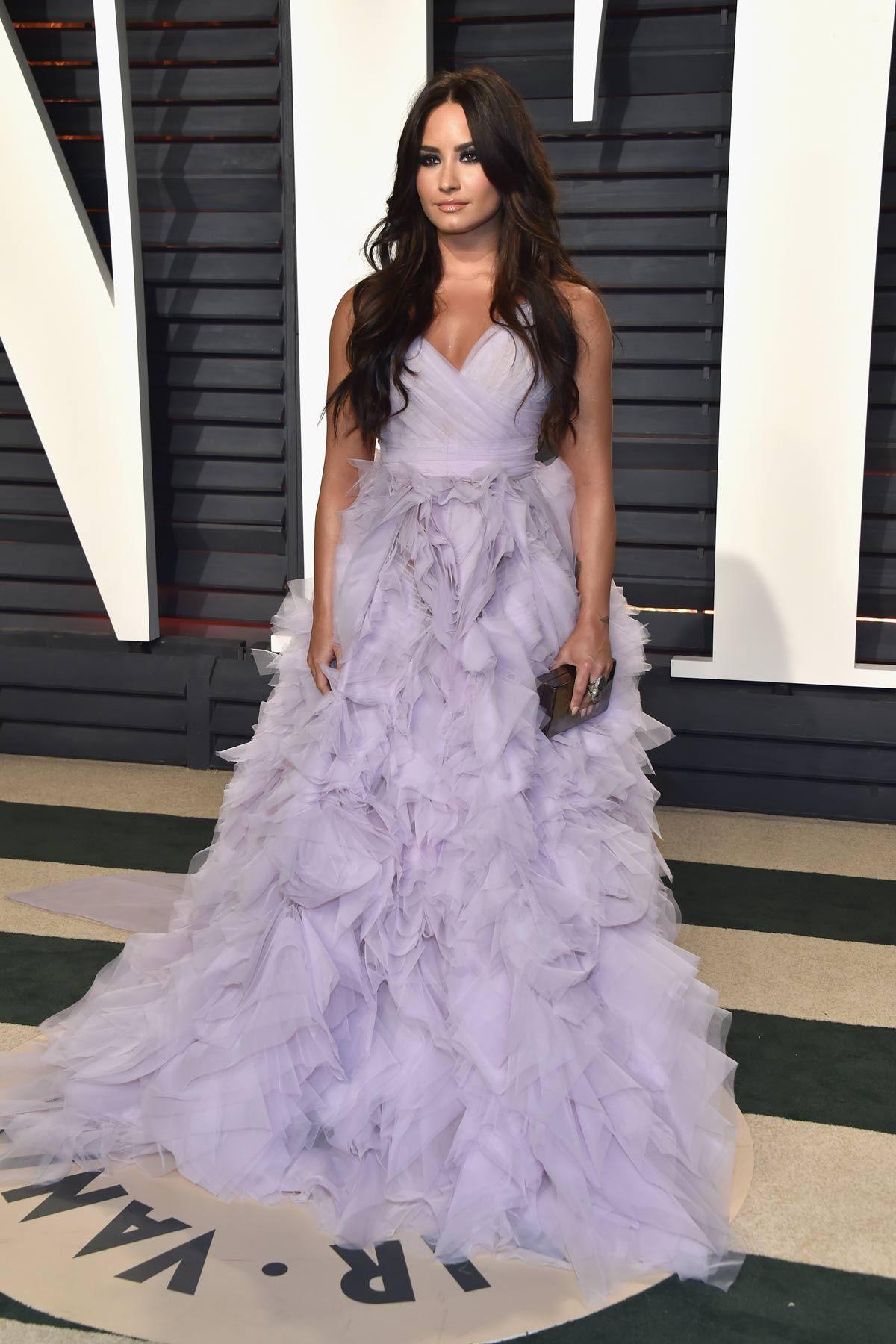 Demi Lovato de Monique Lhuillier  8d74cbc8a
