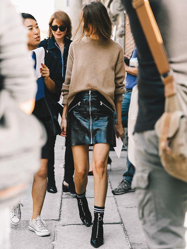 Jupe trapèze vinyle carbone + pull loose camel = le bon mix (photo Vogue Espagne)