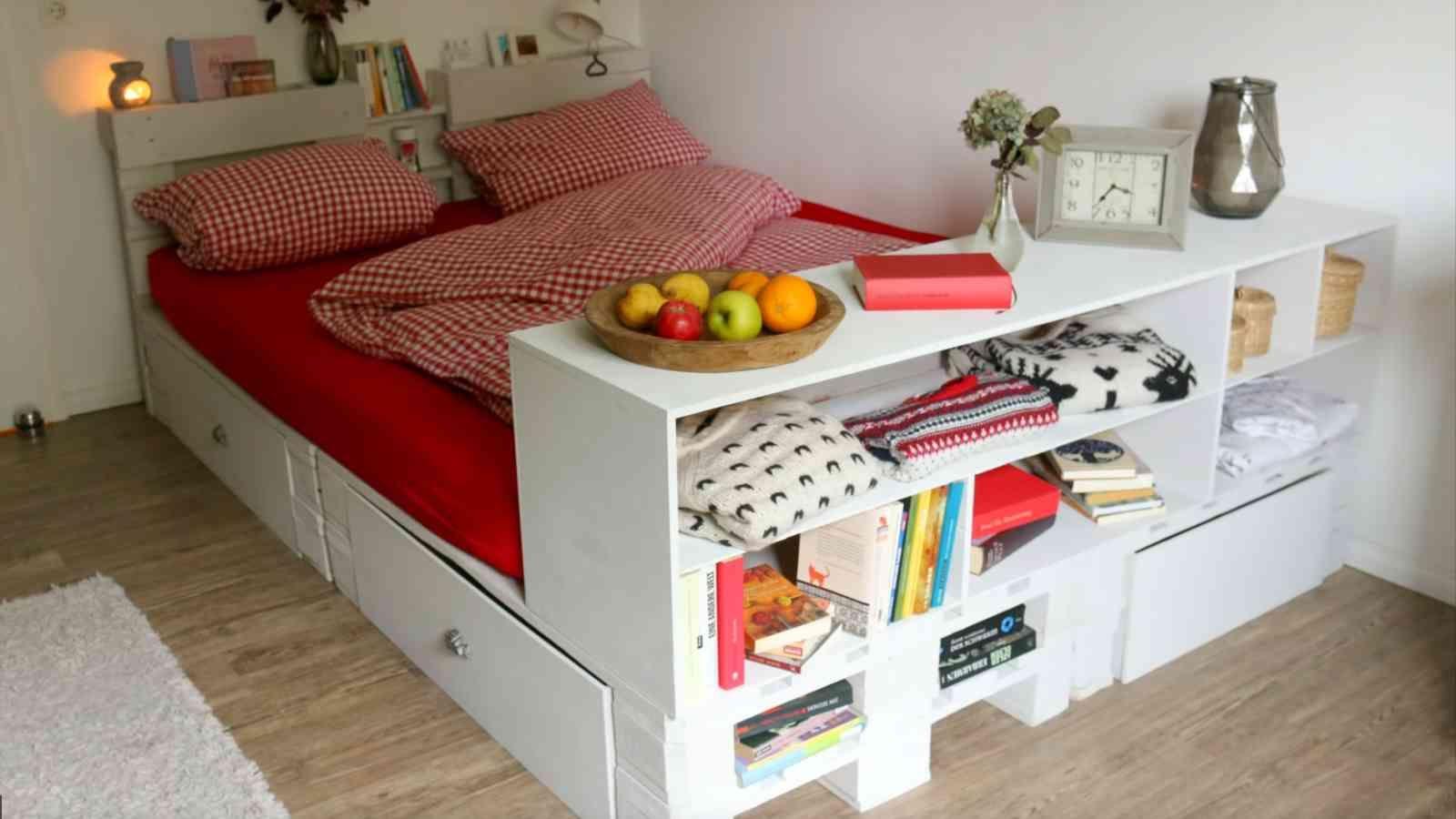 Kleines Schlafzimmer Die Besten Tipps Fur Mehr Stauraum Grosse In 2020 Bett Aus Paletten Palettenbett Europaletten Bett
