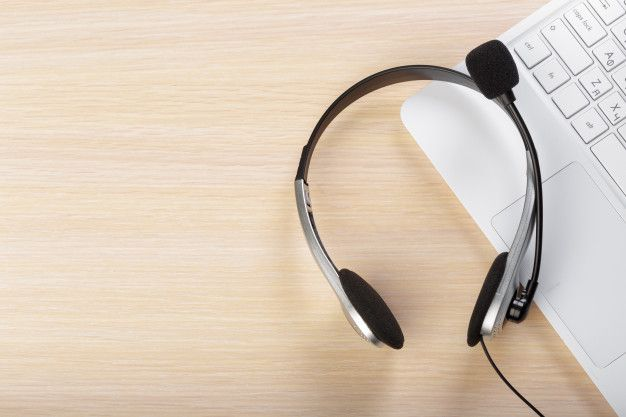 Auriculares en el teclado de la computad  Premium Photo