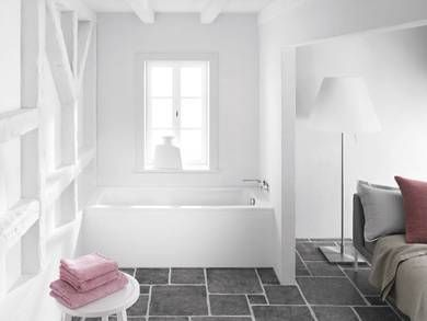 Delizioso contrasto tra #bagno total white e pavimento in pietra scura. www.gasparinionline.it #vasca #Kaldewei #interiors #ideebagno