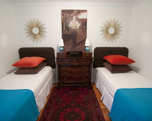 Eclectic guest bedroom idea in Dallas with white walls Déco