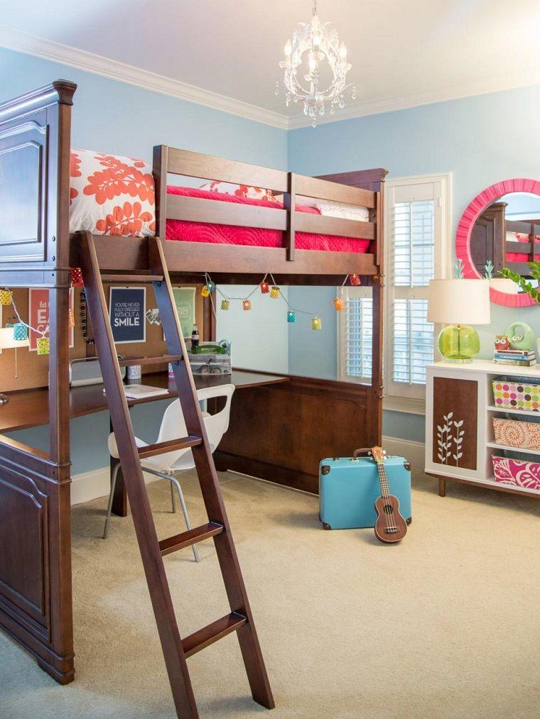 cama y escritorio de madera en el dormitorio para