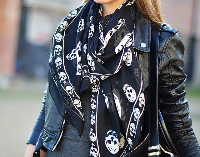 Black and white alexander mcqueen skull scarf 2017