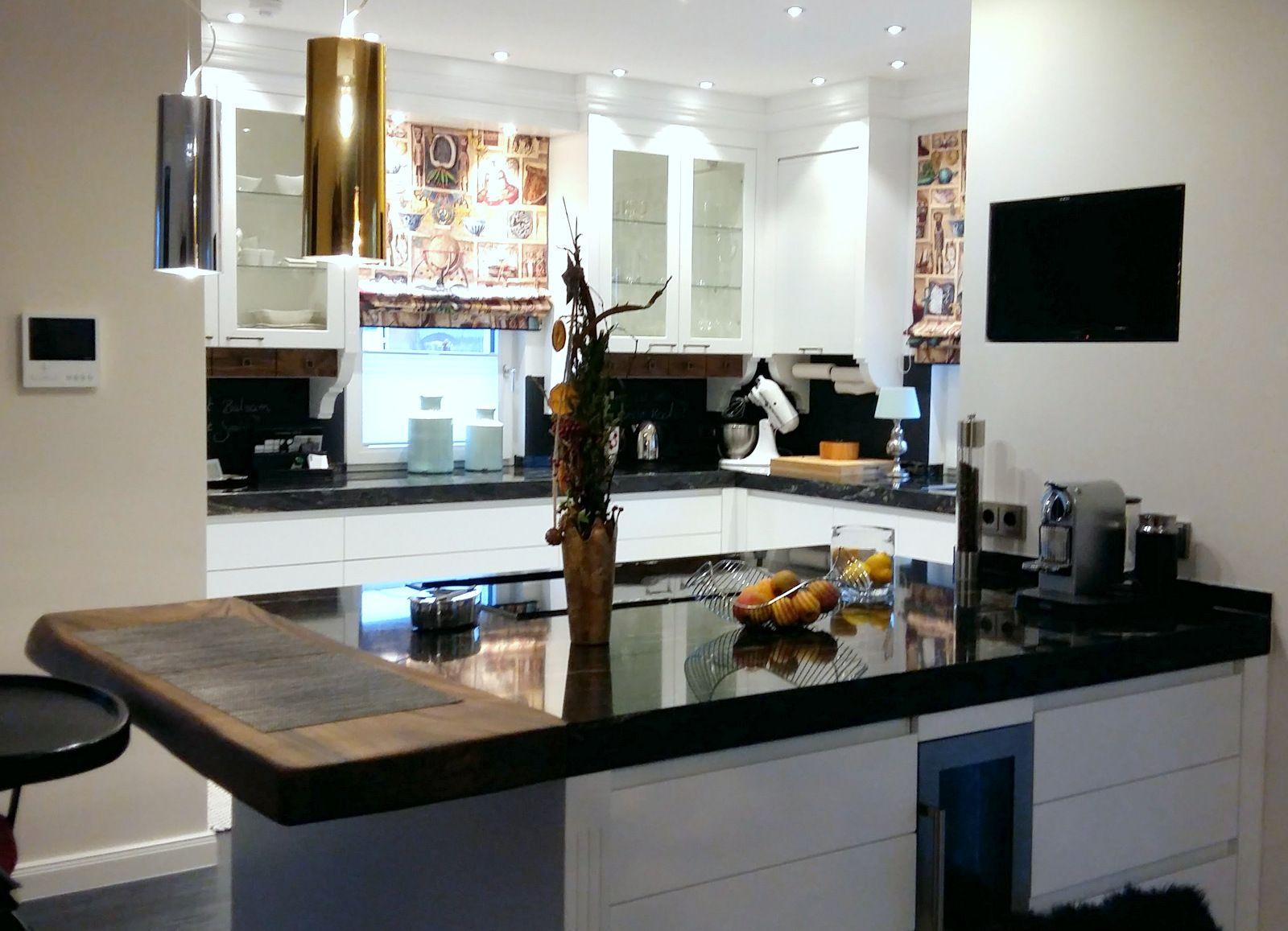 Maßgefertigte Weiße Küche Im Landhausstil, Mit Kochinsel Und Integrierter  Theke Aus Nußbaum