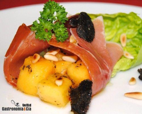 Saquitos de jamón, papaya y trufa negra