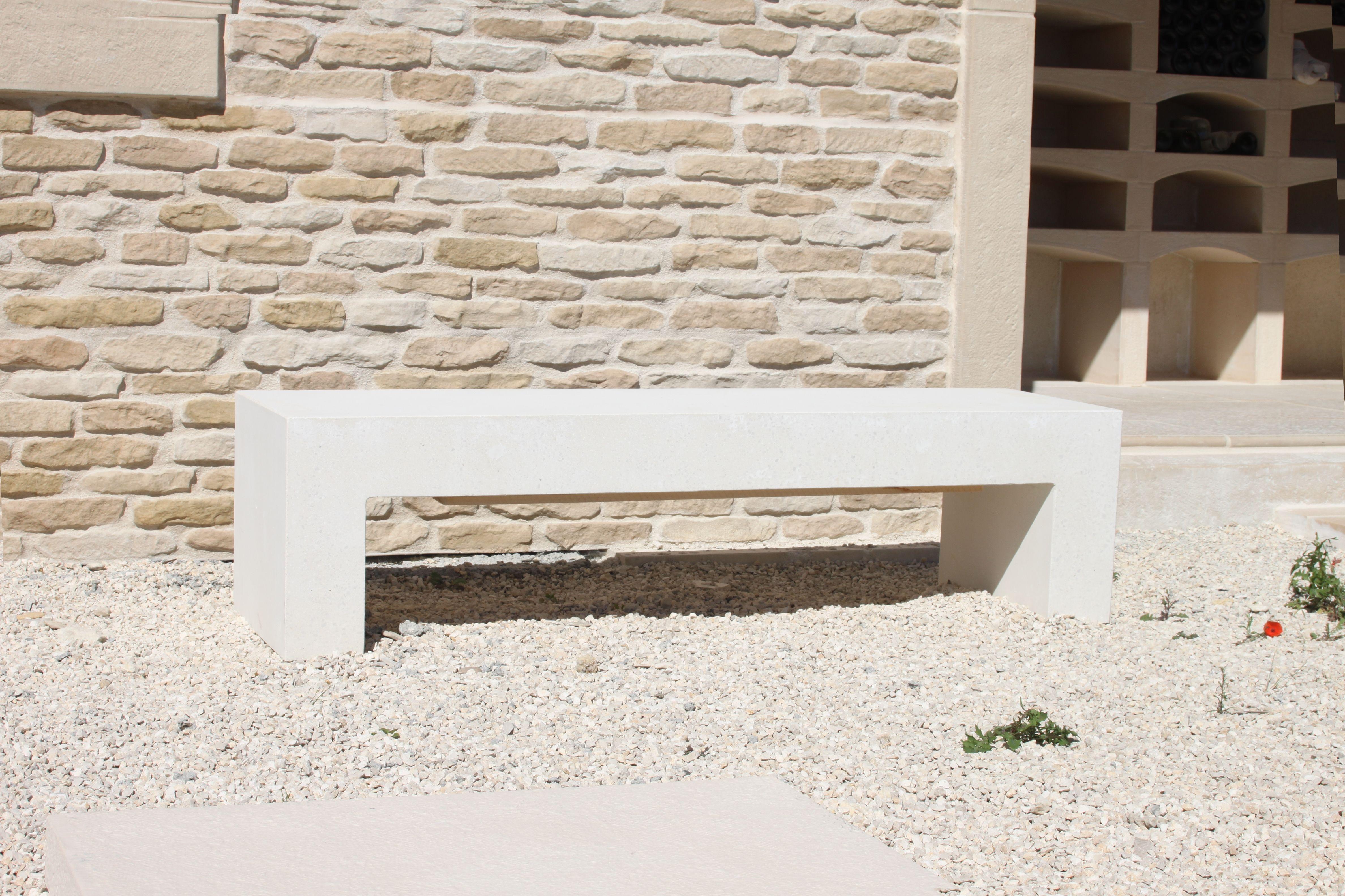Banc contemporain aspect lisse, mobilier urbain en béton préfabriqué ...