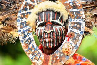 """Existe uma dualidade no conceito de cultura. Há a ideia da Cultura (com """"C"""" grande) e a """"cultura"""" (com """"c"""" pequeno). A entrega de um """"prêmio multicultural"""" é uma boa oportunidade para refletir um pouco sobre essas duas acepções que, sem espírito crítico, podem levar a uma visão deformada e confusa da vida social e de seus produtos mais proeminentes e elaborados. (Roberto DaMatta)"""