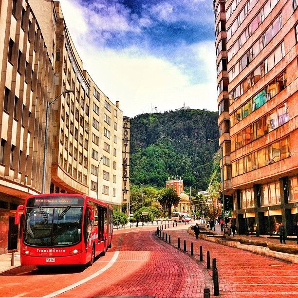 "Instagram ""Bogotá al rojo #instagramyourcity #bogota @socialmediaweek @smwbog #colombia #igerscolombia #doctorchapu #lacandelaria #transmilenio"" by doctorchapu"