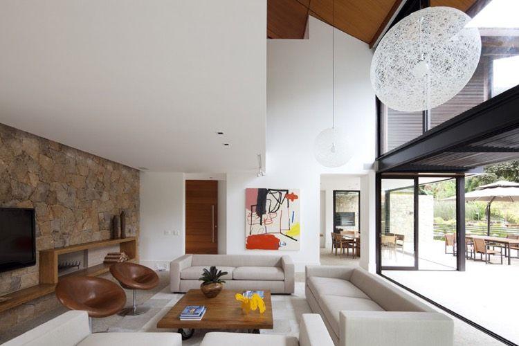 Mur de pierre comme accent dans l\'intérieur minimaliste moderne ...