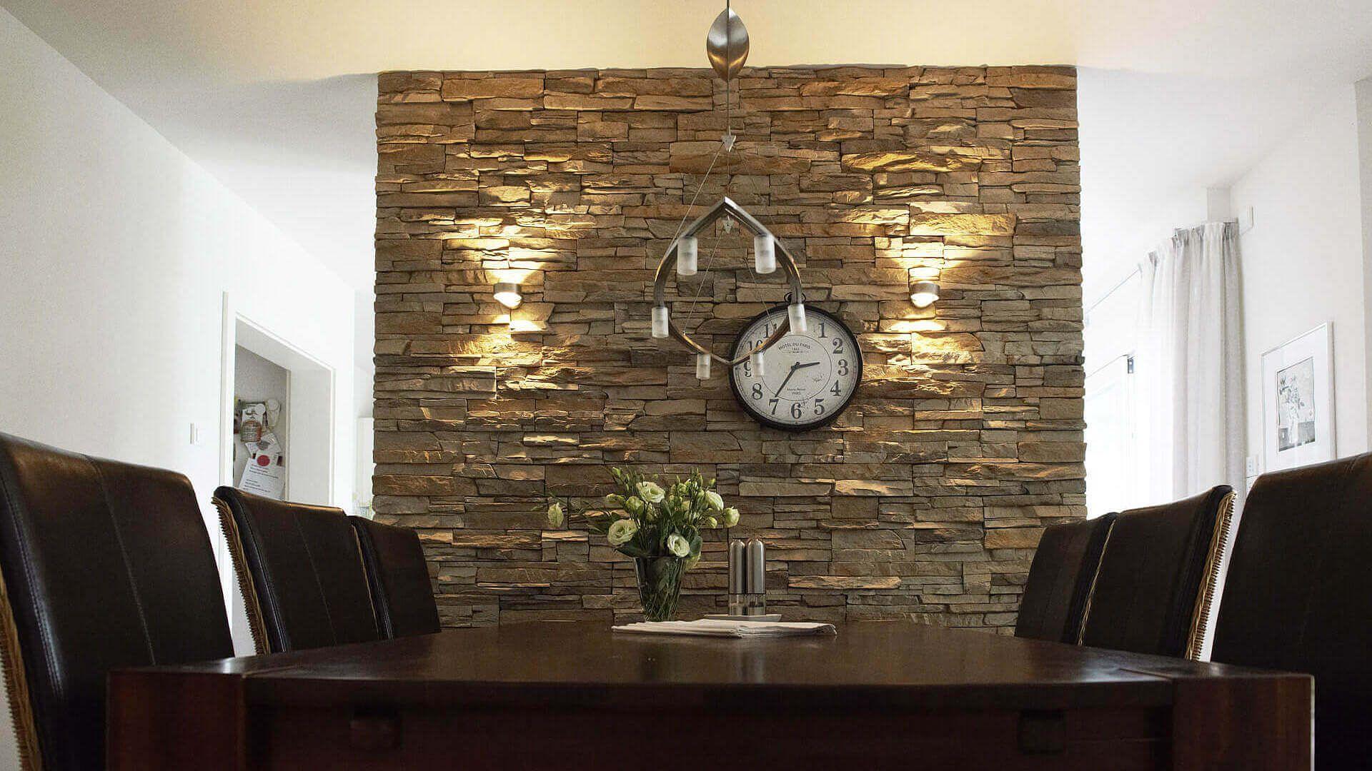 Esszimmer Dunkle Esszimmermöbel Steinwand Uhr Weiße Wände