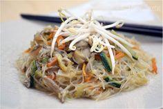 Fideos orientales de arroz (o soja) con verduras