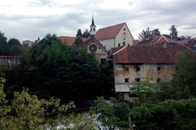 Liubliana é a capital da Eslovênia e cheia de refúgios verdes. Um charme para os viajantes amantes da natureza e das pequenas cidades.
