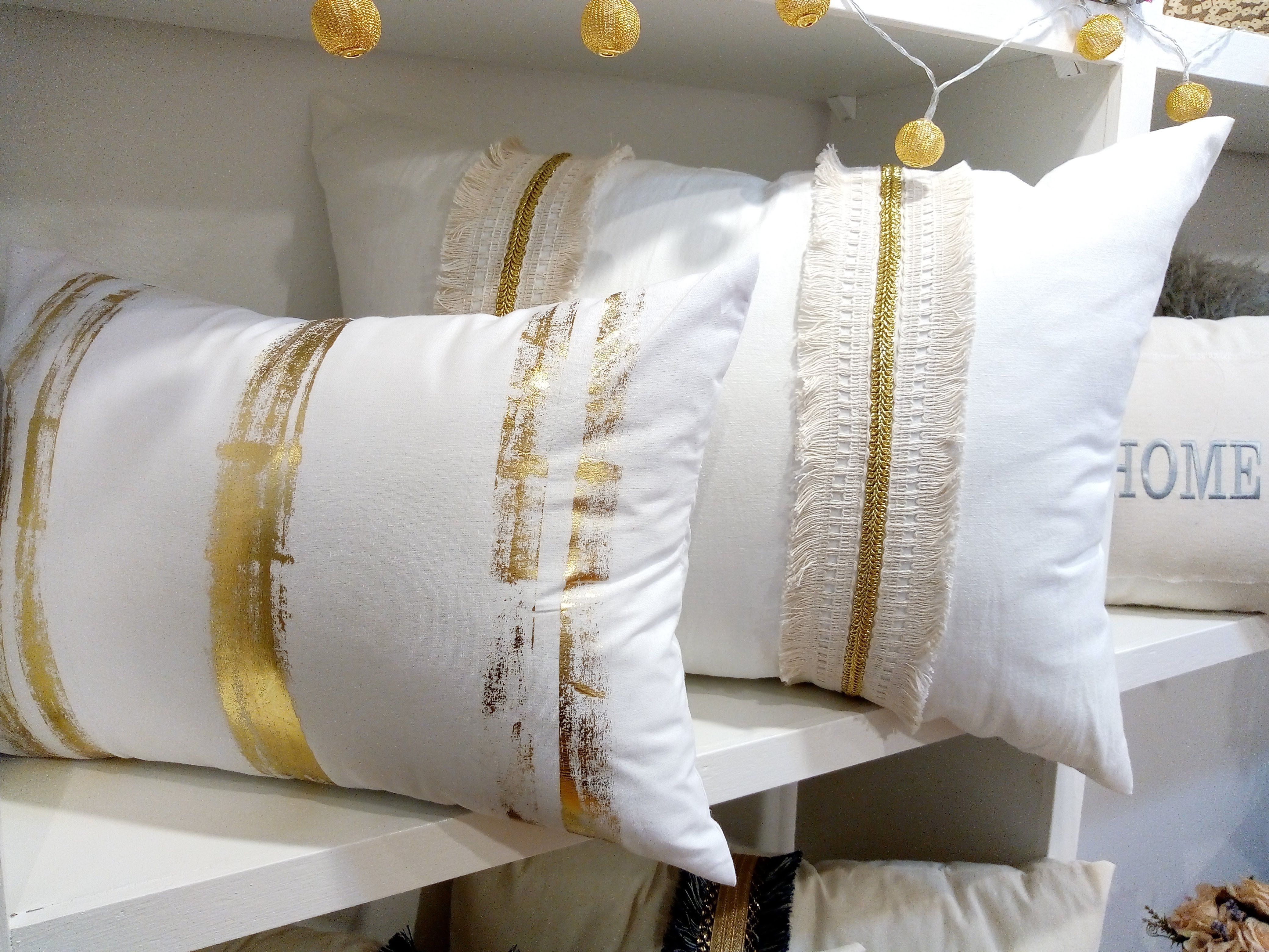 4365f9ef8 Almohadones de diseño  Dorados  Estampados  Intervenidos  Pasamaneria