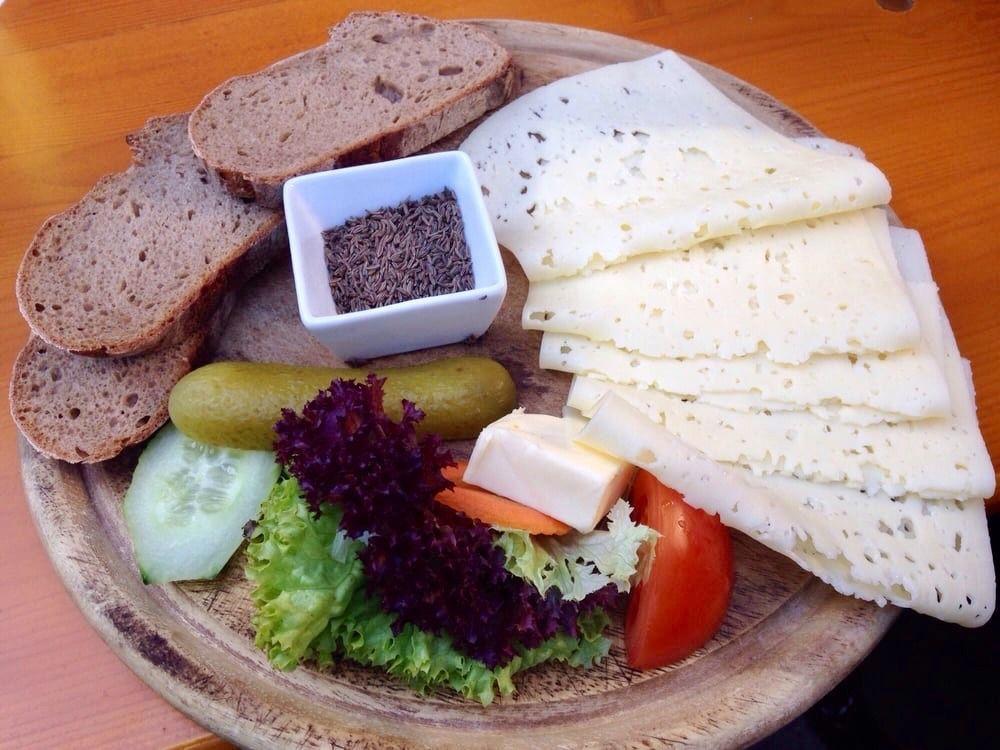 Brotzeit mit Käse. Butter, Kümmel und Gemüse -