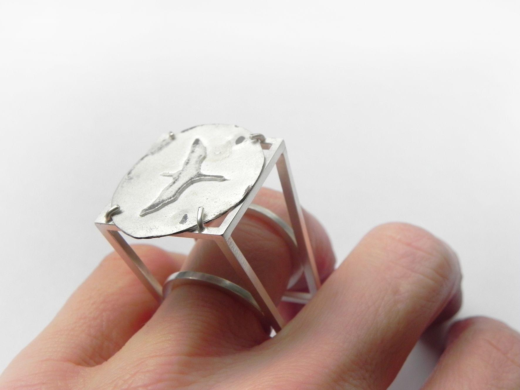 KRANICH Ring 935 Ag - die Konstruktion erhebt den Kranich über die Hand. #kraniche, #contemporaryjewelry #arianehartmann #silber
