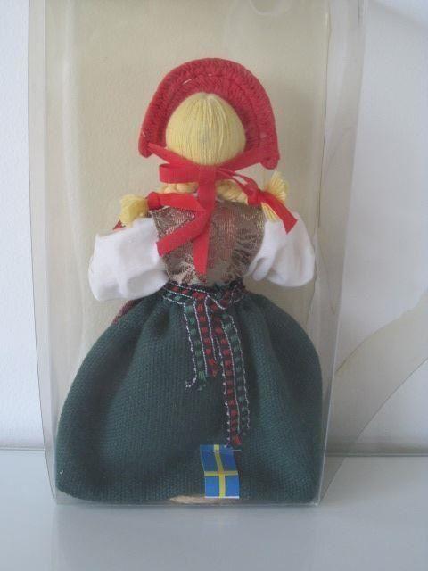 En Charlotte Weibull docka, en gumma i skånsk folkdräkt från Järrestad