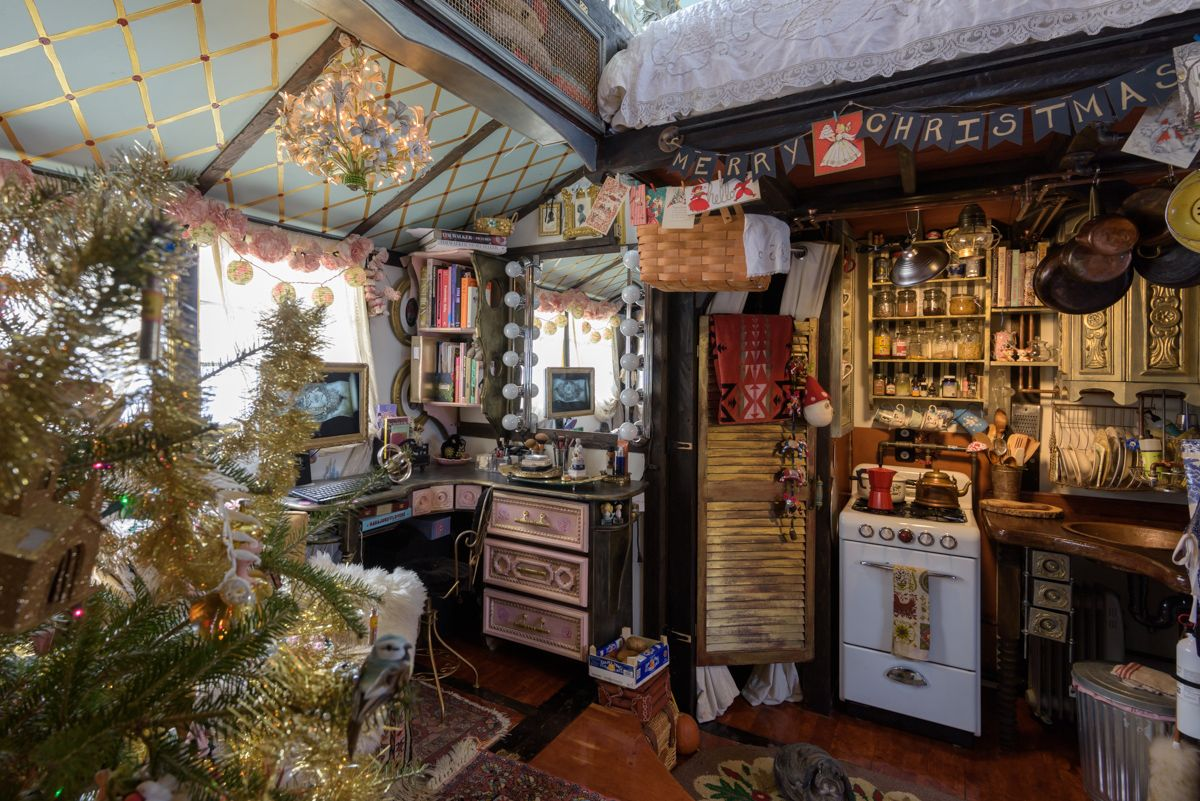 Peek inside this tiny house decorated for christmas my - Pictures of homes decorated for christmas on the inside ...